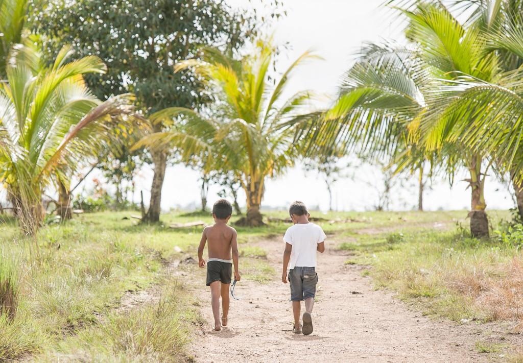 Walking home, La Mosquitia, Rumdin community, Honduras - If Not Us Then Who?